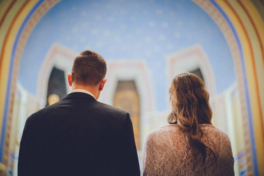 mladenci pred oltarom