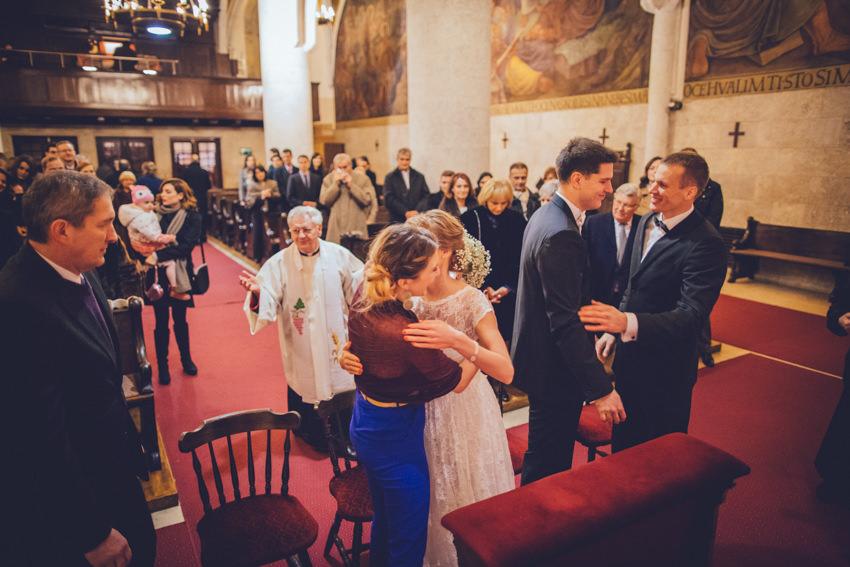kuma i mlada u zagrljaju