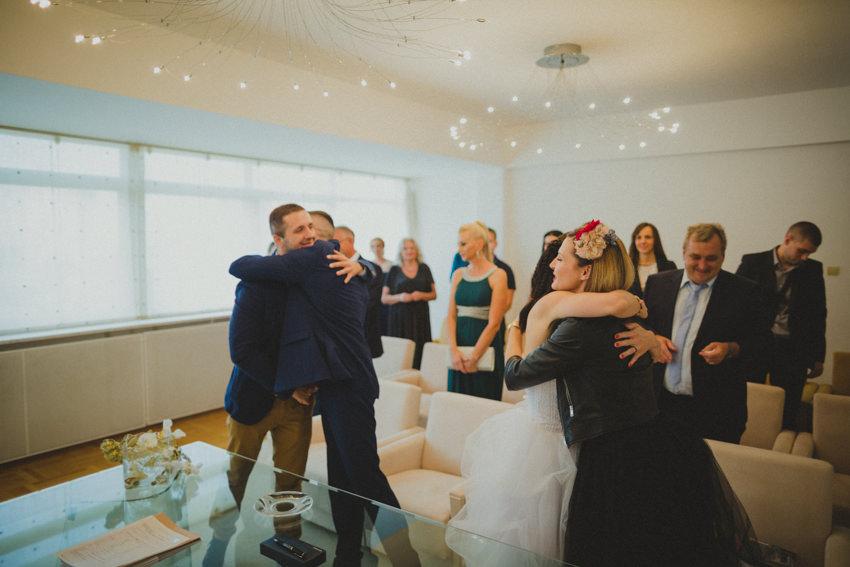 čestitke nakon ceremonije vjenčanja kod matičara