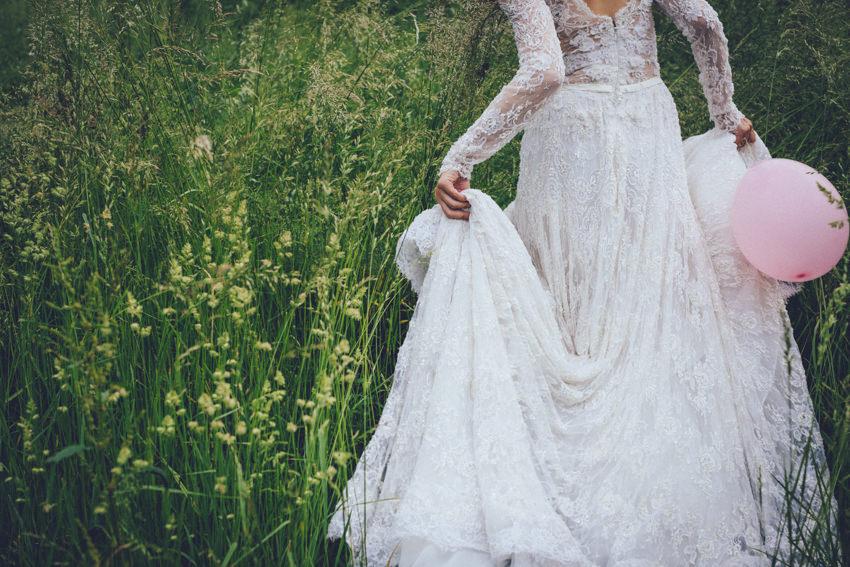 proljetno vjenčanje i mladenka u visokoj travi