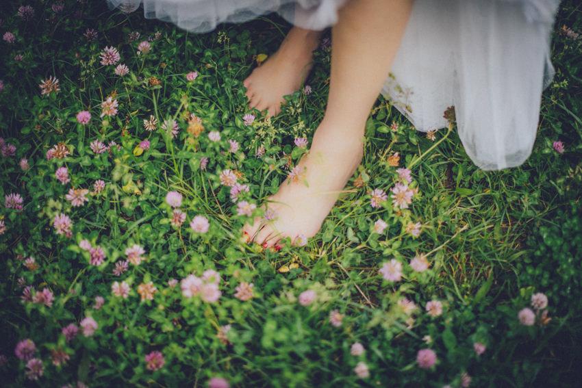 bosonoga mladenka na cvijeću