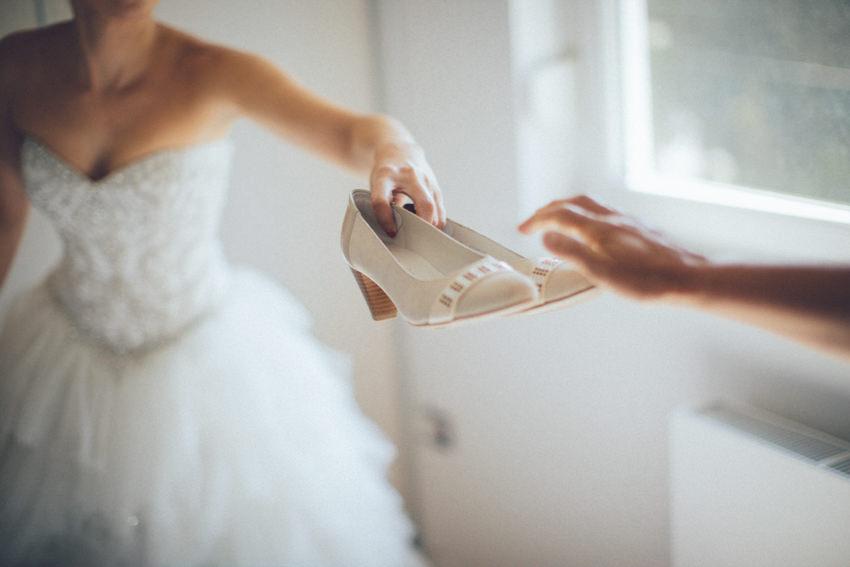 kuma dodaje mladenki cipele