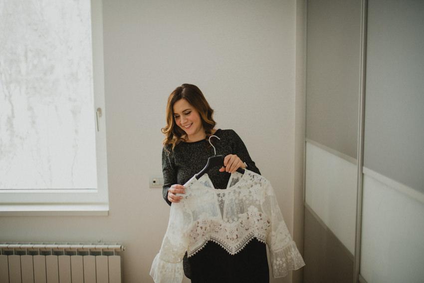 mlada priprema vjenčanicu