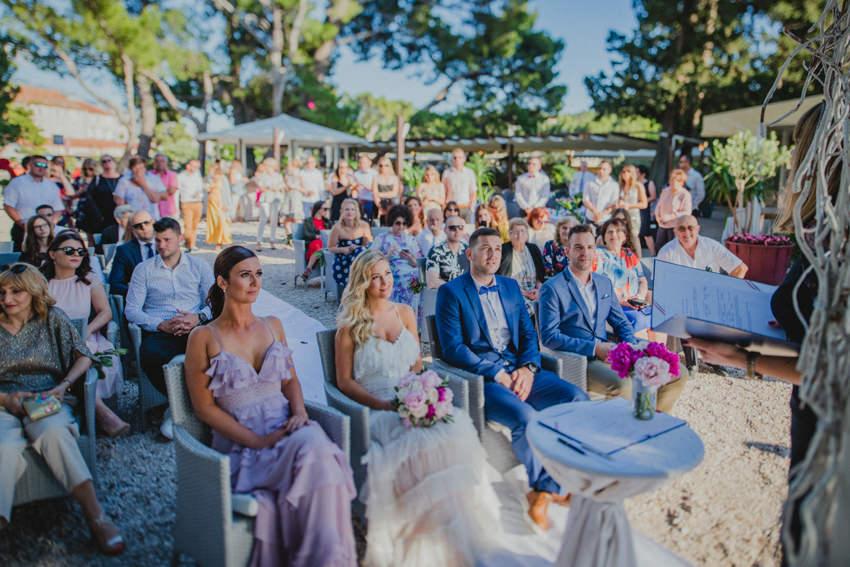 kuma i uzvanici na ceremoniji na plaži Makarska