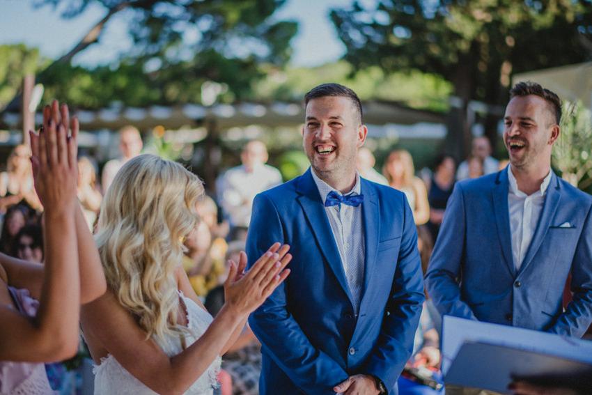 vesela atmosfera na vjenčanju